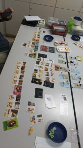 ゲーム終盤、各プレイヤーのタブローも長く長く伸びる。